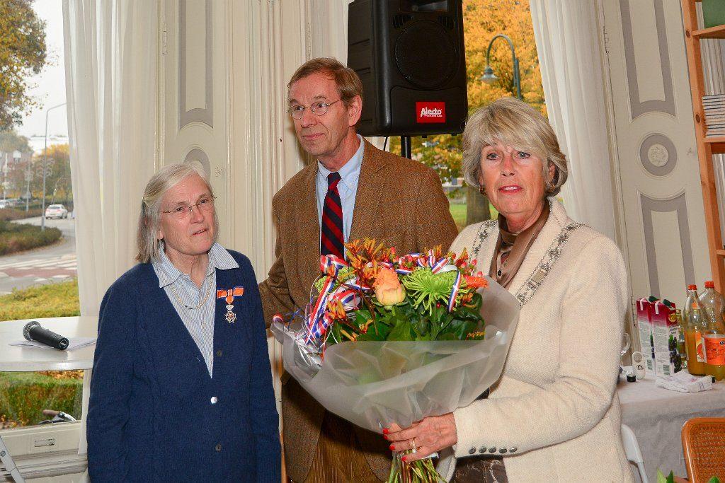 Burgemeester Inez Pijnenburg overhandigd het lintje en de bloemen
