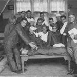 Dpl soldaten oefenen eerste hulp in de Nijverheidsschool aan de Zwolseweg (1939)