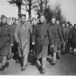 Marcherende dpl op de Zwolseweg ter hoogte van de spoorweg overgang ri Wapenveld. Op rechts Scholten ter Horst uit Wapenveld febr 1940